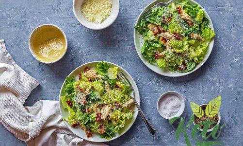 Простой салат цезарь с курицей.